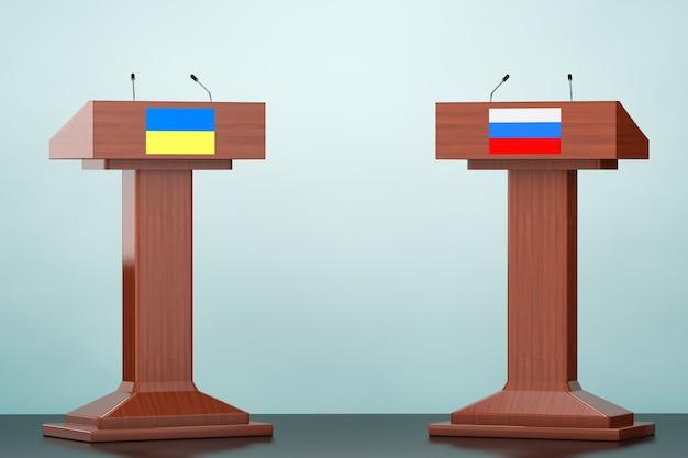Tribuna de podio de madera se encuentra con banderas de ucrania y rusia en el suelo
