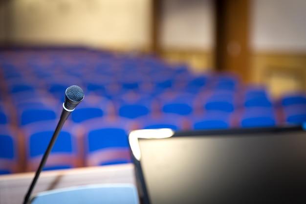 Tribuna en la sala de conferencias