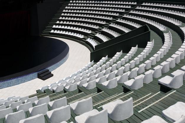 Tribunas de un moderno anfiteatro al aire libre de verano y un escenario para pequeños eventos de entretenimiento