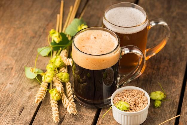 Trigo y jarras de cerveza de ángulo alto