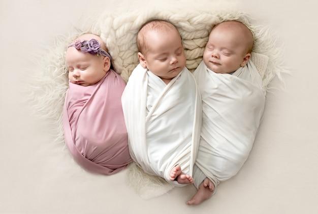 Trillizos niños, recién nacidos. gemelos, fertilización in vitro. embarazo múltiple