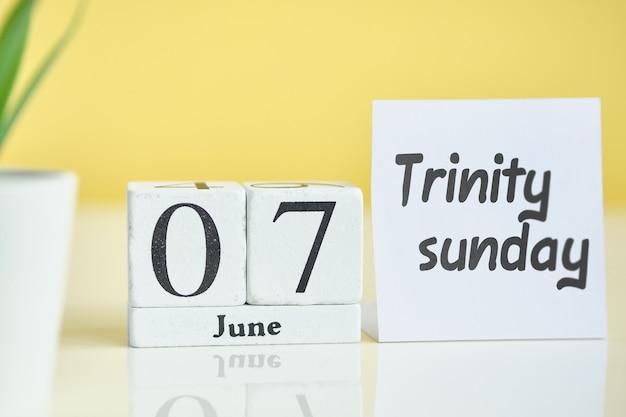 Trinidad domingo 07 séptimo día junio mes calendario concepto en bloques de madera.