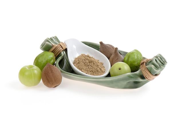 Triphala es una medicina herbal que es una combinación de terminalia belerica, terminalia chebula y phyllanthus emblica frutas aisladas sobre fondo blanco.