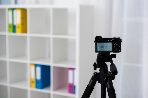 Trípode profesional con cámara moderna