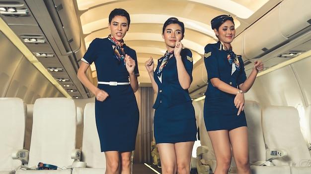 Tripulación de cabina bailando con alegría en avión