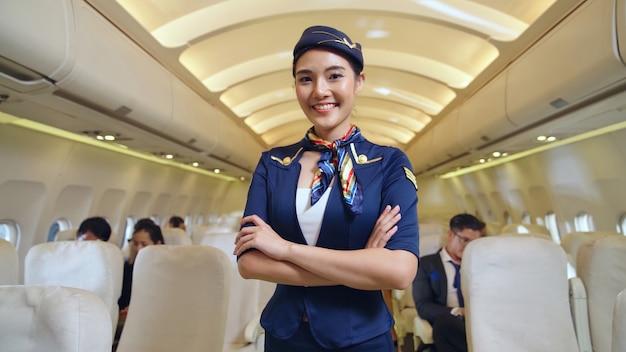Tripulación de cabina o azafata que trabaja en avión