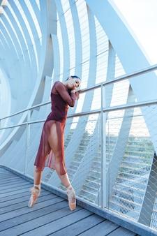 Triste bailarina mujer aislada