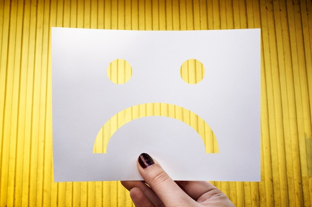 Triste deprimido falla abajo papel perforado