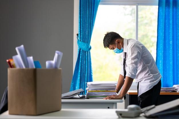 Triste despidió a un hombre de negocios asiático sentado fuera de la habitación después de ser despedido del concepto de fracaso empresarial y problema de desempleo debido al impacto global de covid-19.