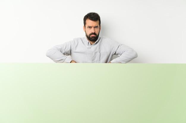 Triste hombre adulto con barba