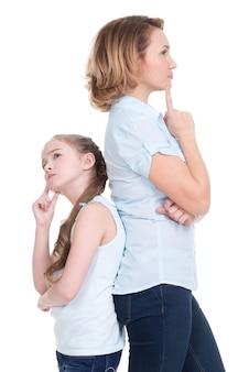 Triste madre e hija que tienen un problema o una pelea de pie espalda con espalda estudio aislado en blanco