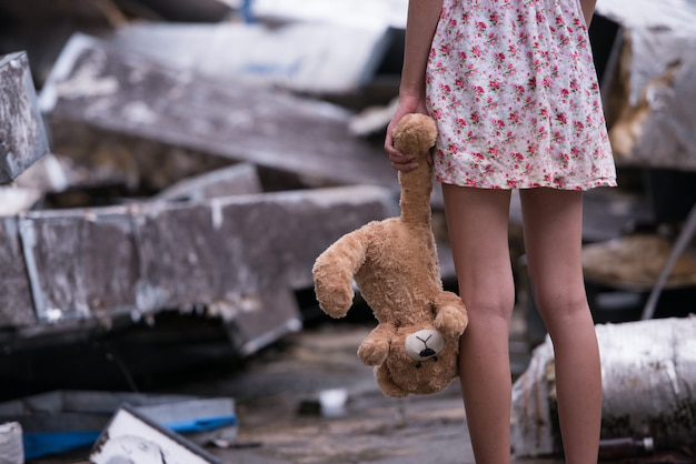 Triste mujer de pie con muñeca