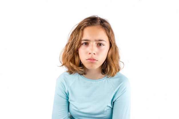 Triste niña adolescente. chica joven bastante rizada con ojos grandes
