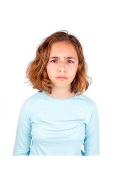 Triste niña adolescente llorando. chica joven bastante rizada con ojos grandes