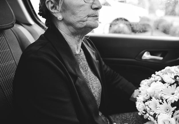 Triste viuda camino al funeral.