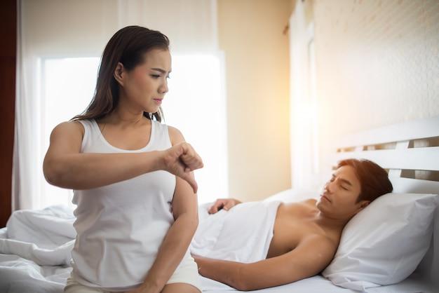 Tristeza novia sentarse en la cama pensar en problemas de relación con su novio