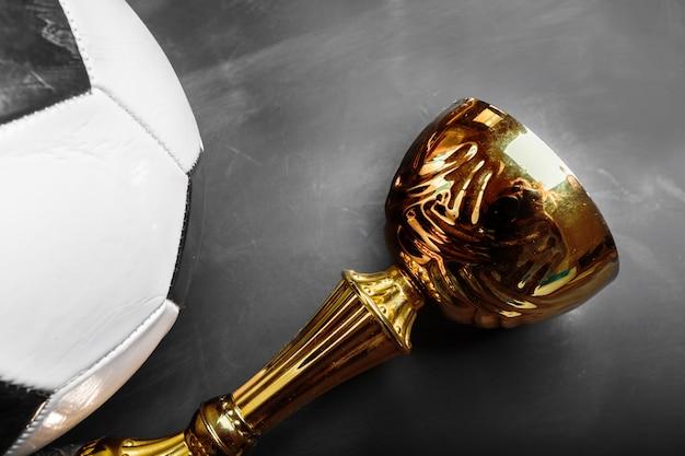 Trofeo de la copa y balón de fútbol