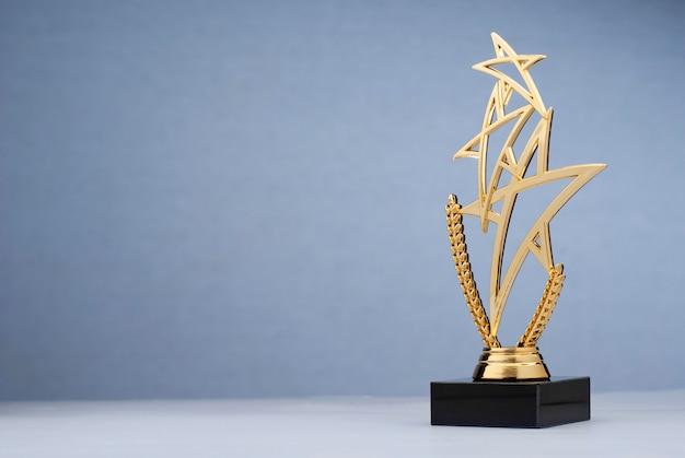 Trofeo dorado en forma de alquitrán triple para recompensar