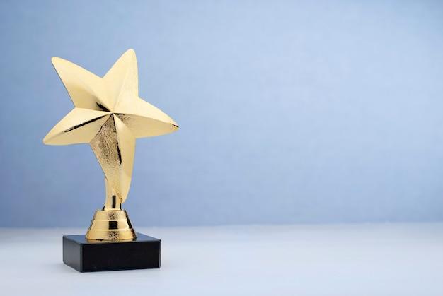Trofeo dorado en forma de estrella para recompensar en el concurso