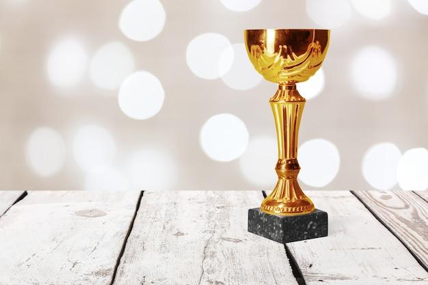 Trofeo dorado en mesa de madera