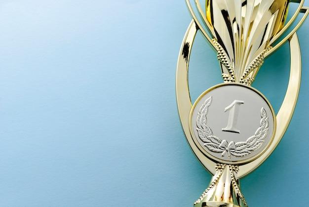 Trofeo de los ganadores del medallón de oro para una competencia.
