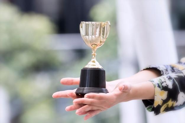 Trofeo en manos de dama