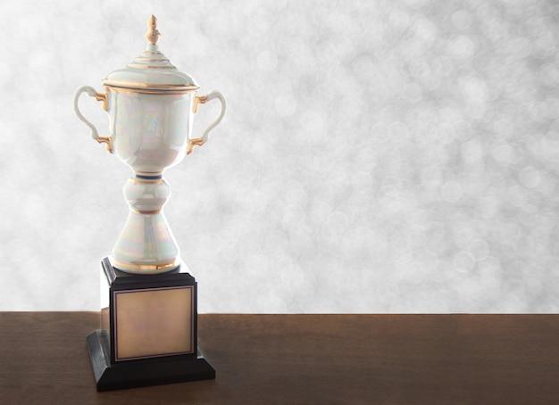Trofeo de mármol en mesa de madera.