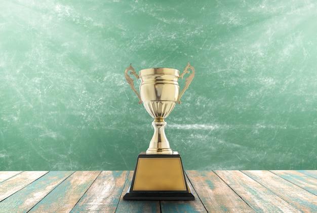 Trofeos colocados en una mesa de madera con fondo de pizarra