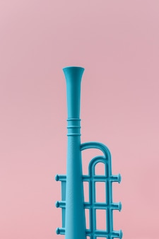 Trompeta azul con espacio de copia