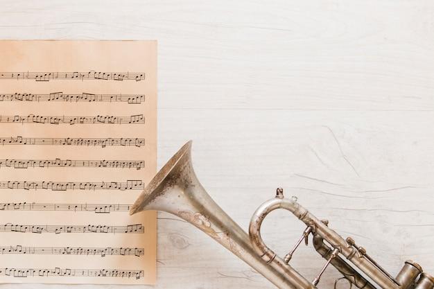 Trompeta cerca de la página de partituras