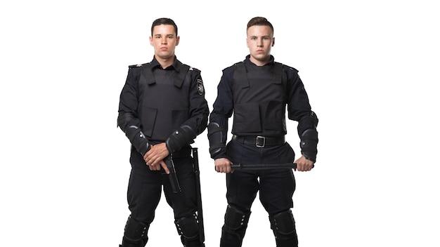Tropas de fuerzas especiales con pistola y bastón.