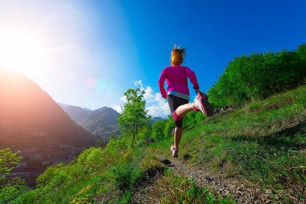Trotar por el campo en el camino de montaña chica