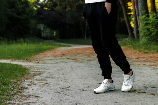 Trote matutino en el parque, espacio de copia de primer plano de piernas de hombres
