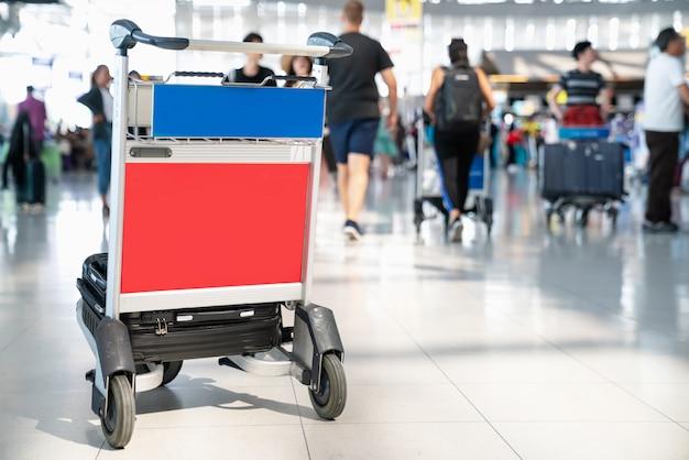 Trovell aeropuerto esperando el check in en el interior del aeropuerto. carro de equipaje del aeropuerto con maletas