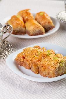 Un trozo de baklawa en un plato sobre una mesa