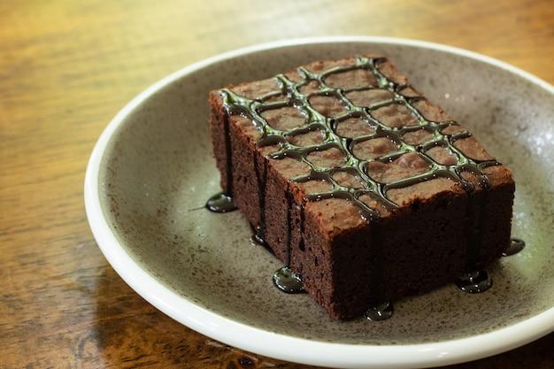 Trozo de brownie de chocolate en plato