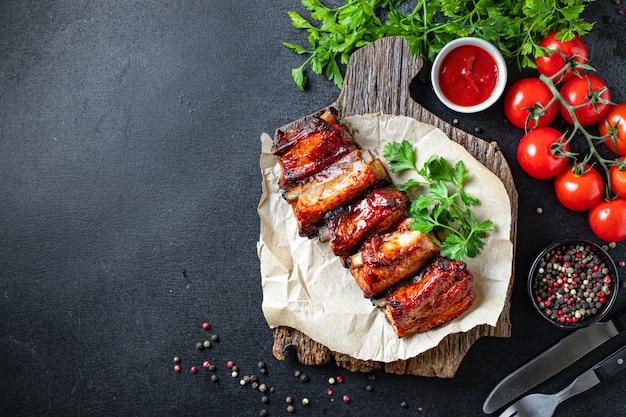 Trozo de costillas de carne salsa de especias bbq a la parrilla refrigerio de segundo plato