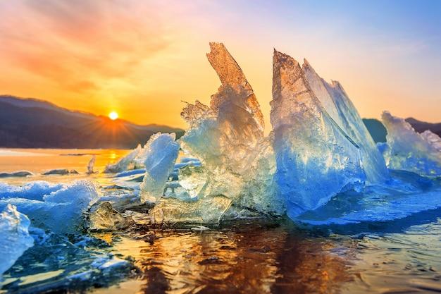 Trozo de hielo muy grande y hermoso al amanecer en invierno.