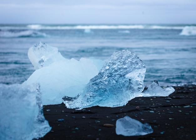 Un trozo de hielo en la playa.
