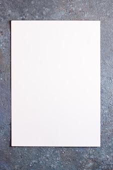 Trozo de papel blanco