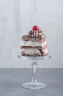 Un trozo de pastel delicioso en placa de vidrio.