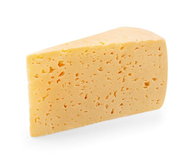 Trozo de queso aislado sobre un fondo blanco. trazado de recorte