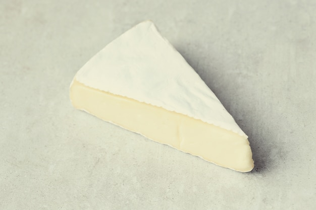 Trozo de queso camembert