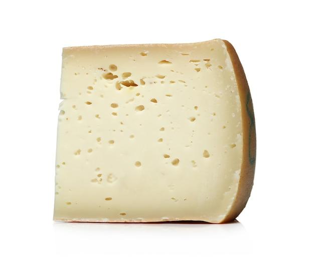 Trozo de queso sobre una superficie blanca