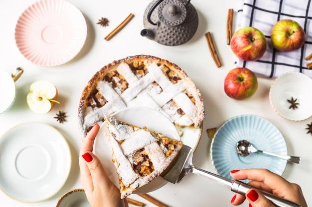 Un trozo de tarta de manzana casera espolvoreada con azúcar en polvo