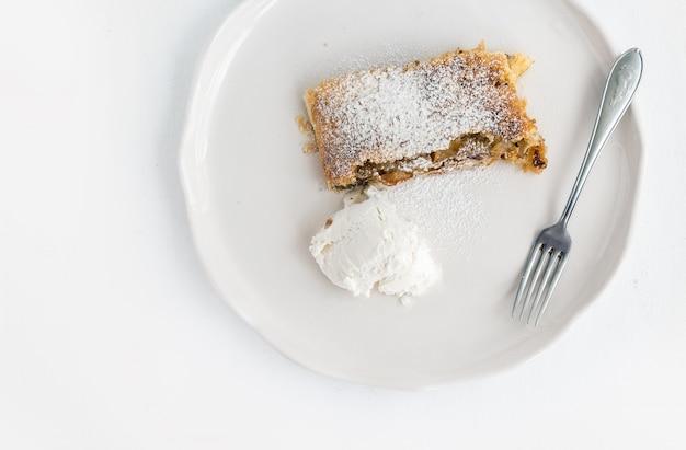 Trozo de tarta de manzana con helado