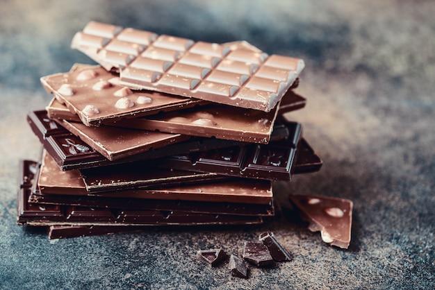 Trozos de barra de chocolate.