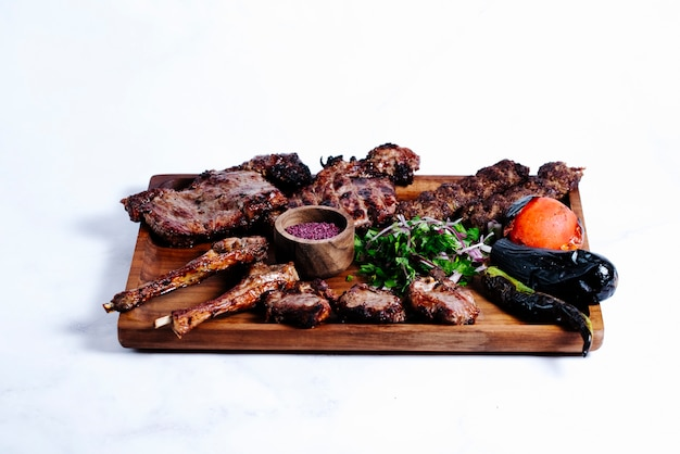 Trozos de carne asada con hierbas