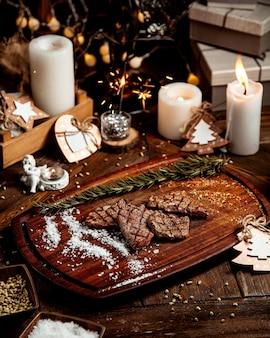 Trozos de carne asada con sal