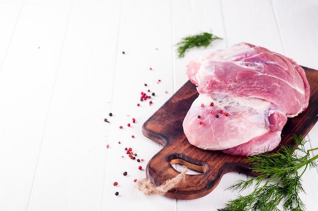 Trozos de carne y manojo de perejil, especias.